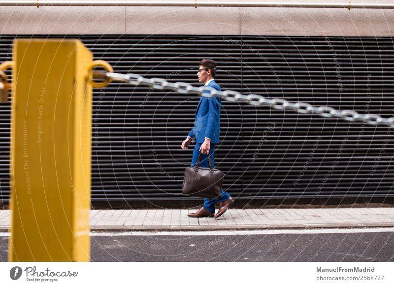 attraktiver Geschäftsmann, der die Straße entlanggeht. Lifestyle Stil Arbeit & Erwerbstätigkeit Business Mensch Mann Erwachsene Mode Anzug modern klug