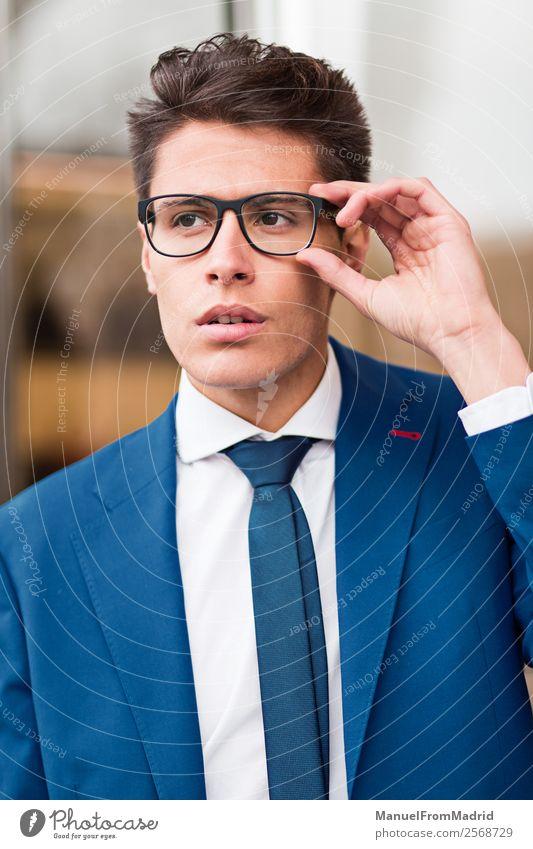Porträt eines nachdenklichen Geschäftsmannes Lifestyle Stil Arbeit & Erwerbstätigkeit Business Mensch Mann Erwachsene Straße Mode Anzug modern klug selbstbewußt