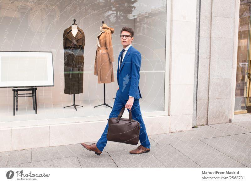 Mensch Mann Straße Lifestyle Erwachsene Stil Business Mode Arbeit & Erwerbstätigkeit modern Aktion selbstbewußt Anzug Geschäftsmann Großstadt klug