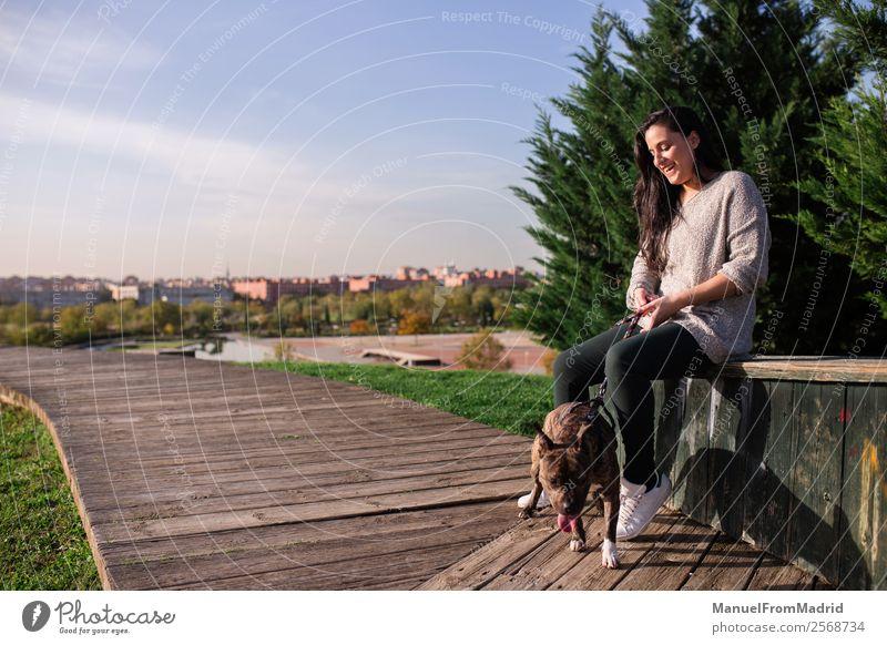Frau Natur Hund schön grün Tier Lifestyle Erwachsene Glück Gras Textfreiraum Zusammensein Freundschaft Freizeit & Hobby Park sitzen