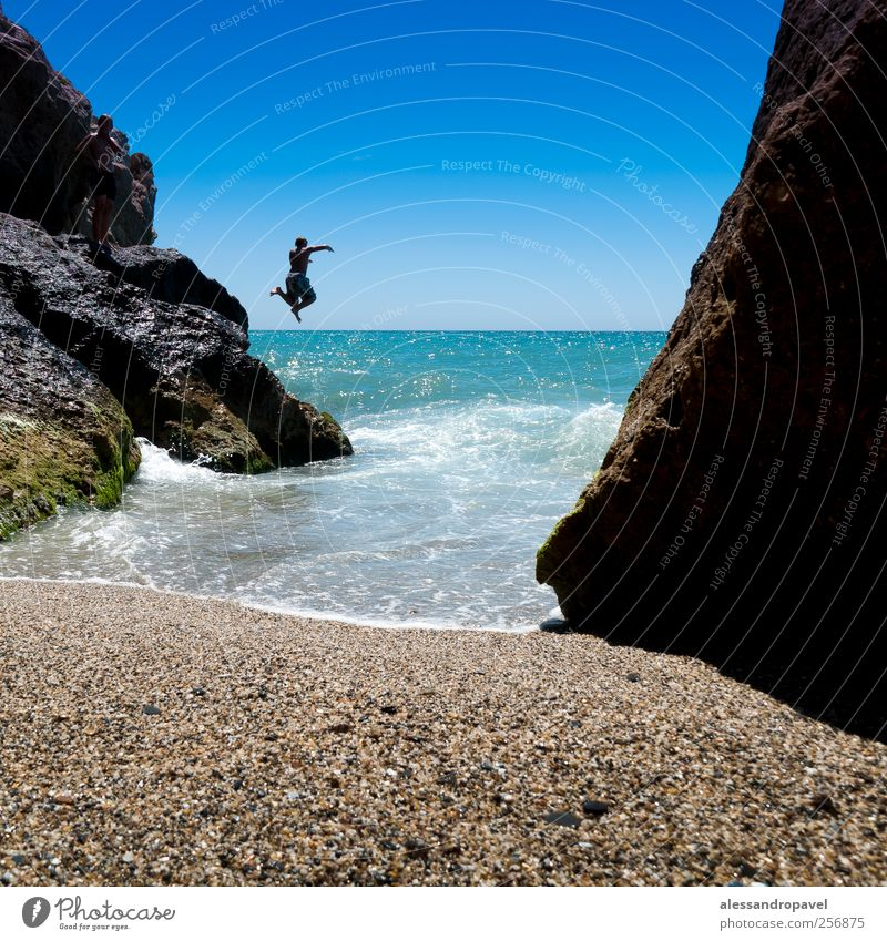Jumping Mensch blau grün Ferien & Urlaub & Reisen Strand Glück Küste Coolness Bucht Lebensfreude Spanien