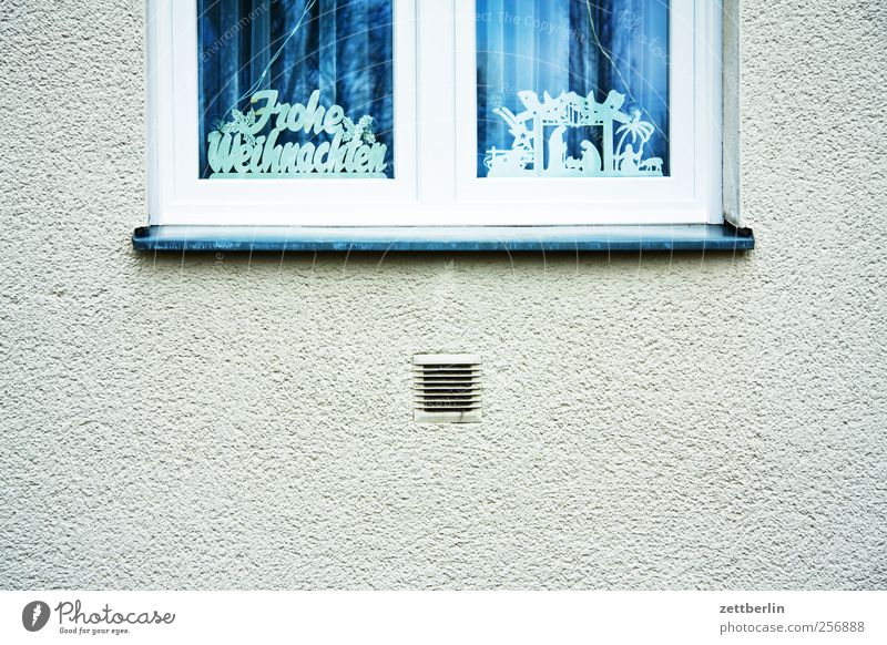 Frohe Weihnachten Weihnachten & Advent Haus Fenster Wand Gefühle Gebäude Mauer Fassade Schriftzeichen Dekoration & Verzierung Bauwerk Vorfreude verschönern Weihnachtsdekoration