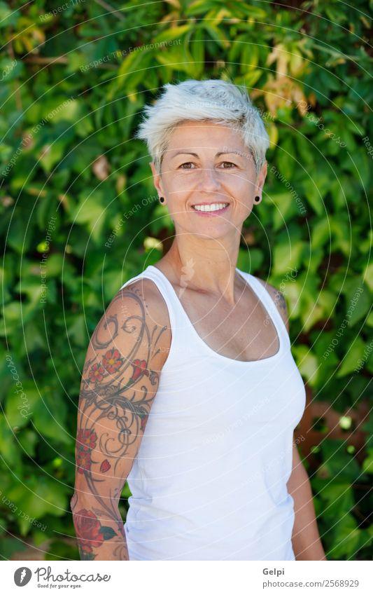 Blonde Frau Lifestyle Stil Glück schön Körper Sommer Erwachsene Arme Punk Natur Pflanze Blume Park Mode Schmuck Tattoo blond Lächeln Coolness blau weiß Mädchen
