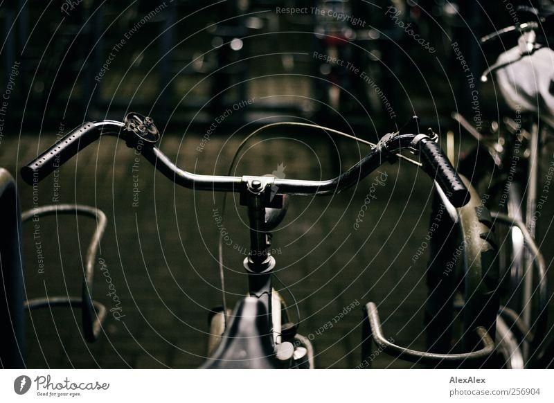 Drahteselpark alt blau Stadt dunkel Bewegung grau Stein Fahrrad kaputt fahren einfach historisch Stahl Rost Eisenrohr Pflastersteine