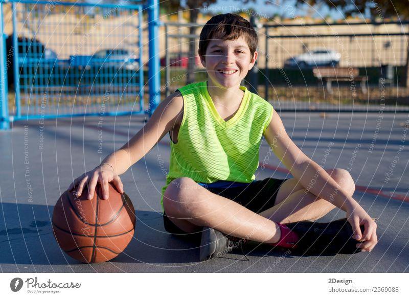 Junger Basketballspieler auf dem Platz sitzend Lifestyle Freude Erholung Freizeit & Hobby Spielen Sport Mann Erwachsene Jugendliche Straße authentisch Coolness