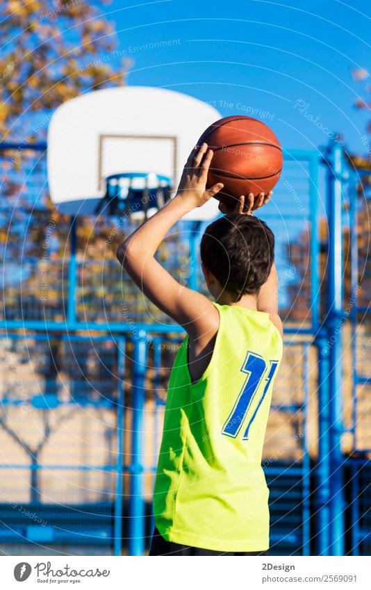 Teenager, der einen Basketball von hinten in den Reifen wirft. Lifestyle Freude Erholung Freizeit & Hobby Spielen Sport Mensch Junge Mann Erwachsene Bekleidung