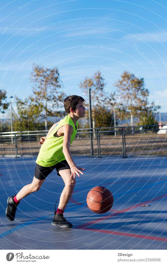 Teenager spielt Basketball auf einem Außenplatz. Lifestyle Freude Erholung Freizeit & Hobby Spielen Sport Mensch maskulin Junge Mann Erwachsene 1 8-13 Jahre
