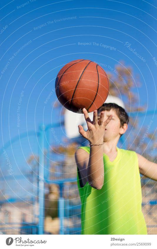 Teenager spielt Basketball auf einem Außenplatz. Lifestyle Freude Erholung Freizeit & Hobby Spielen Sport Mensch Junge Mann Erwachsene Bekleidung Hut Fitness