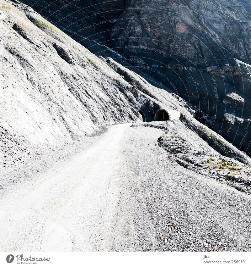 Tunneleinfahrt Ausflug Sommer Berge u. Gebirge Landschaft Herbst Felsen Verkehr Verkehrswege Autofahren Straße Wege & Pfade Stein abwärts Schotterweg Gegenlicht