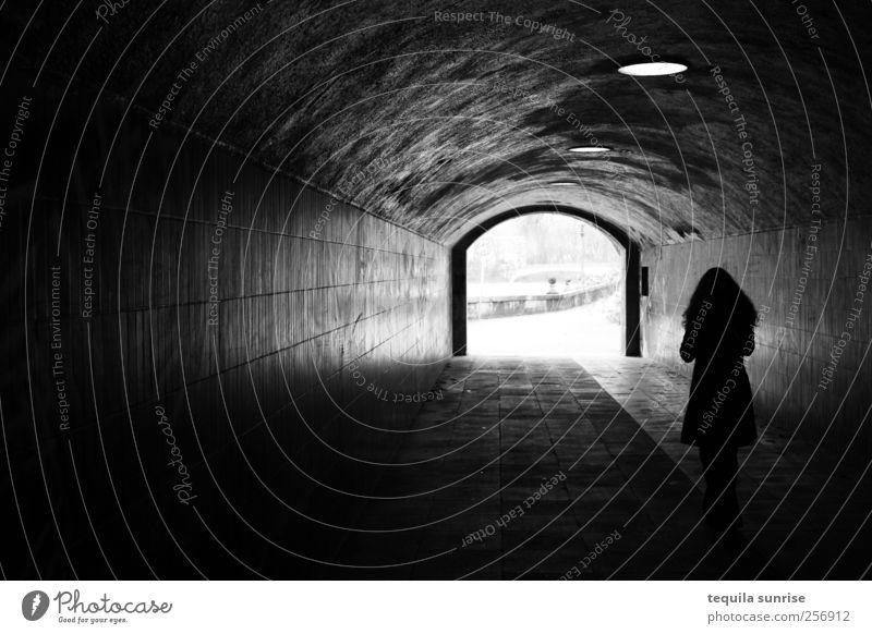 Ins Licht gehen Mensch Frau Erwachsene dunkel Wand Graffiti Mauer Traurigkeit Lampe Spaziergang Geländer Tunnel Fußgänger Spazierweg Straßenkunst Schatten