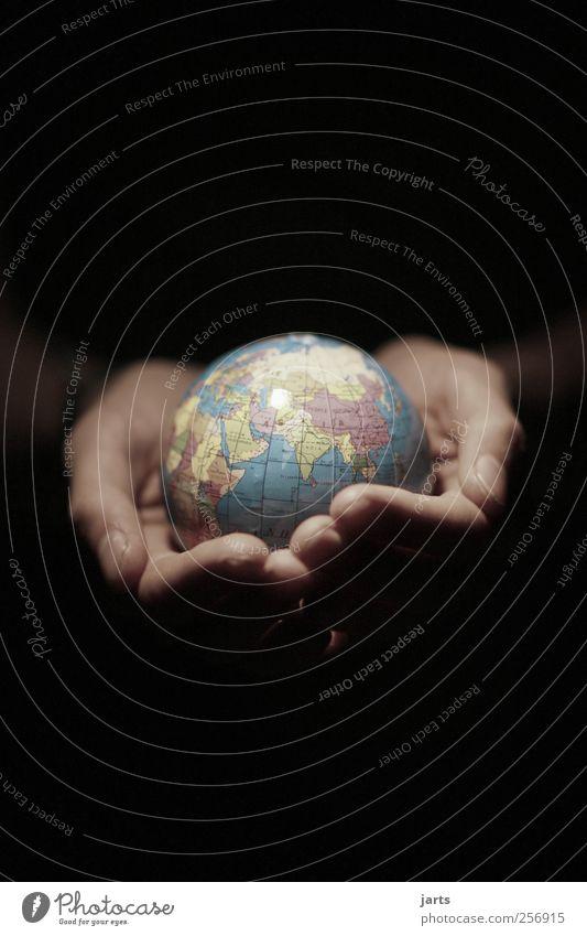 in my hands Hand Finger 1 Mensch Umwelt Erde Hilfsbereitschaft Schutz Umweltschutz Klimaschutz Farbfoto Außenaufnahme Textfreiraum oben Textfreiraum unten