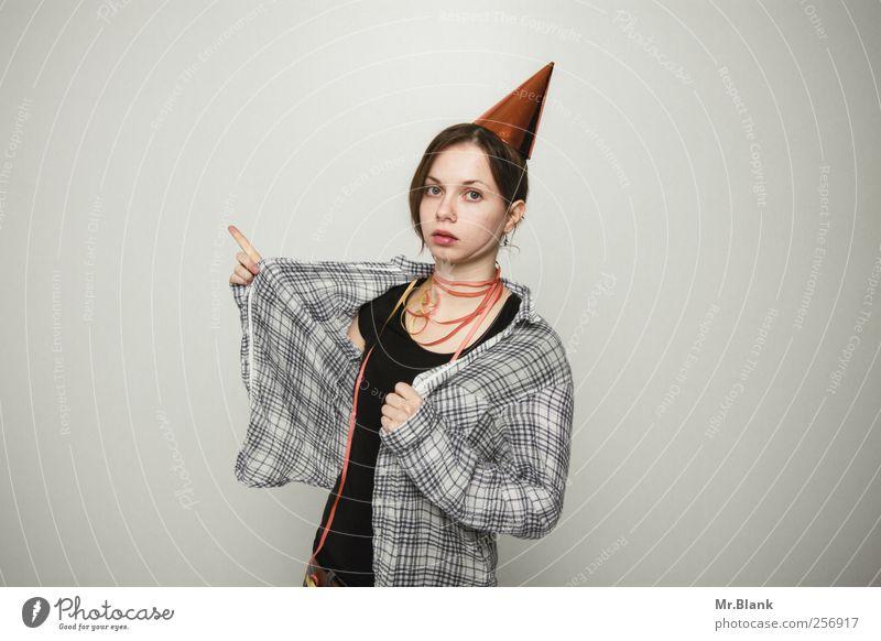 da entlang zum maskenball. Mensch Jugendliche Erwachsene Feste & Feiern 18-30 Jahre Junge Frau Hemd Veranstaltung brünett zeigen Entertainment Frau Nachtleben Gleichgültigkeit ausgehen