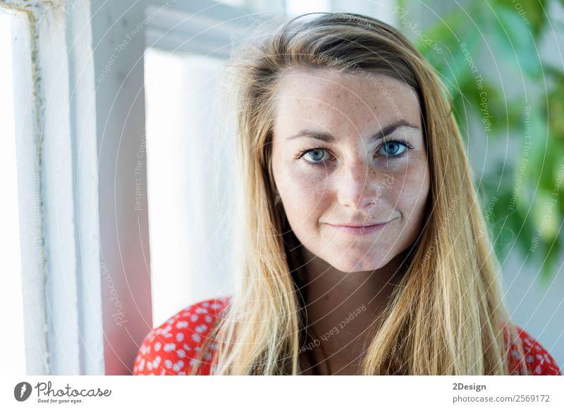 Haus- und Glückskonzept - lächelnde junge Frau Lifestyle schön ruhig Freizeit & Hobby Sofa Mensch feminin Junge Frau Jugendliche Erwachsene 1 18-30 Jahre Denken