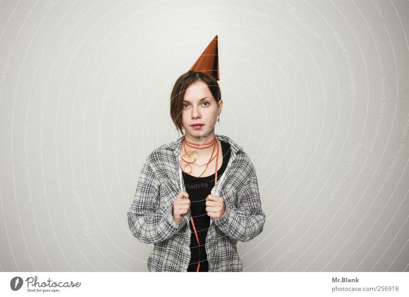 wat? Nachtleben Entertainment Junge Frau Jugendliche 1 Mensch 18-30 Jahre Erwachsene Hemd Hut Luftschlangen Farbfoto Studioaufnahme Textfreiraum links