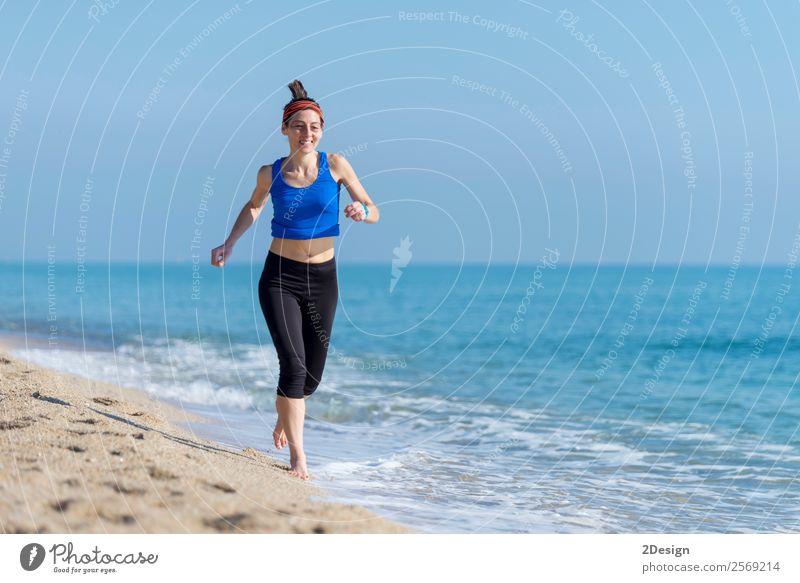 Frau, die am Strand trainiert (läuft) Glück Ferien & Urlaub & Reisen Sommer Meer Sport Joggen Ruhestand Mensch feminin Junge Frau Jugendliche Erwachsene