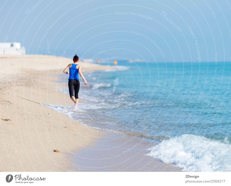 Frau, die am Strand trainiert (läuft) Glück Ferien & Urlaub & Reisen Sommer Meer Sport Joggen Ruhestand Mensch feminin Junge Frau Jugendliche Erwachsene 1