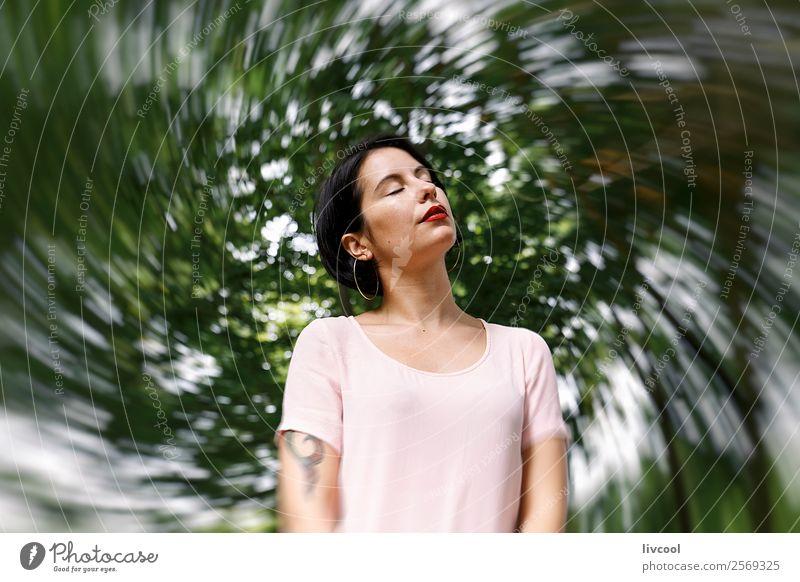 hipster Frau V Lifestyle Stil schön Sommer Garten Mensch feminin Erwachsene Weiblicher Senior 18-30 Jahre Jugendliche Natur Park Mode Unterwäsche Tattoo