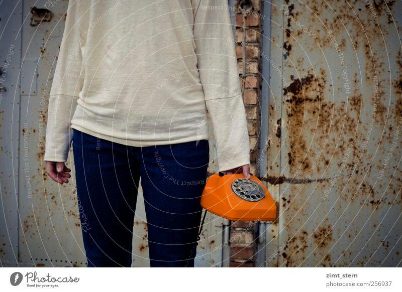 Orange Phone II Mensch Stadt blau weiß Mode braun orange Büro warten Kommunizieren Bekleidung Telekommunikation retro Telefon hören Rost
