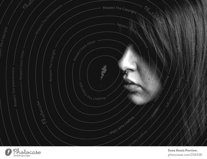 anonym. Mensch Jugendliche Gesicht Erwachsene dunkel feminin Kopf Haare & Frisuren Traurigkeit 18-30 Jahre Junge Frau beobachten verstecken langhaarig Piercing anonym