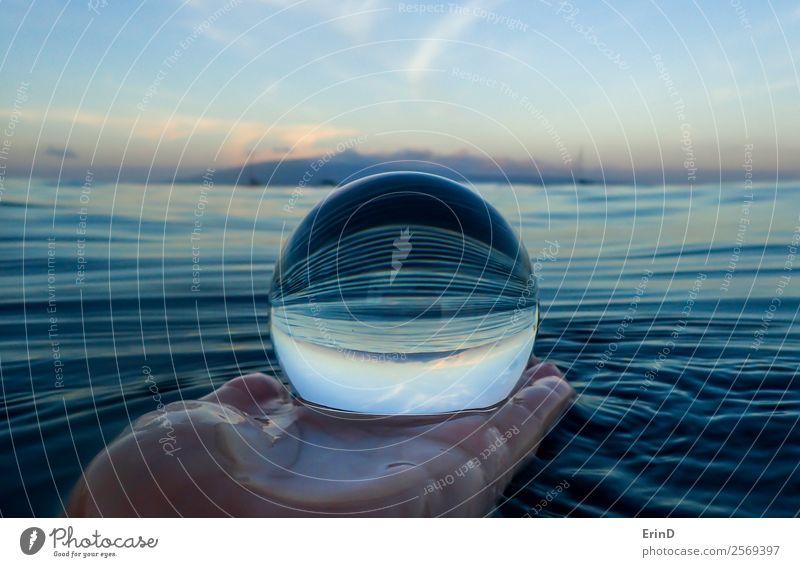 Streifen in der Meeresoberfläche Nahaufnahme in Glaskugel ruhig Ferien & Urlaub & Reisen Wellen Hand Umwelt Natur Landschaft Himmel Urwald Kugel nass blau