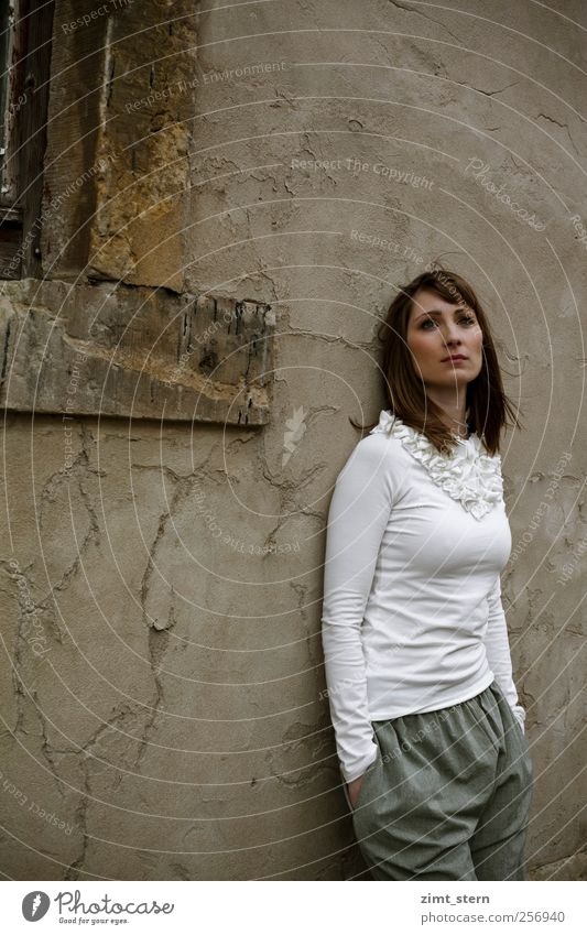 Hoffnung oder Tristesse schön feminin Junge Frau Jugendliche 1 Mensch Himmel Herbst Klimawandel Mauer Wand Fenster Bekleidung T-Shirt Hose brünett langhaarig