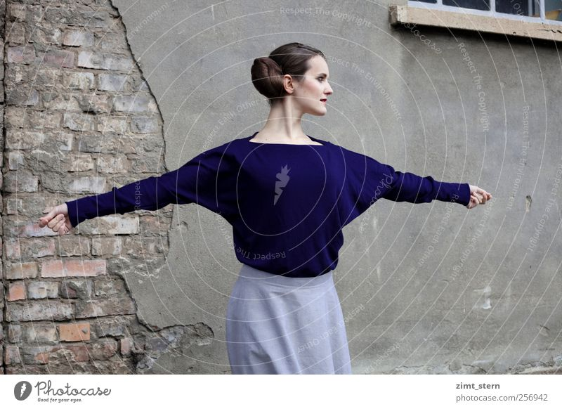 Blaue Eleganz II Mensch Jugendliche blau schön feminin Leben Wand grau Bewegung Stil Mauer Mode braun Tanzen elegant frei