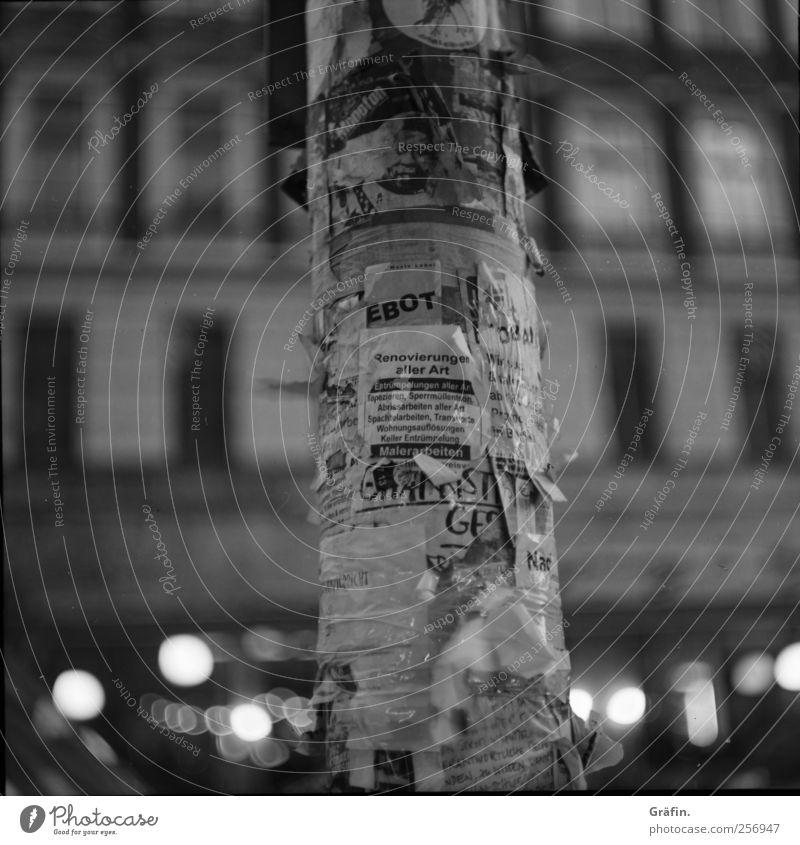Gesucht - Gefunden weiß Stadt schwarz Fenster grau Gebäude Buchstaben Vergänglichkeit Neugier Schriftstück entdecken Säule chaotisch Zettel Hinweis Optimismus