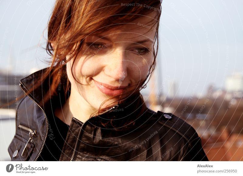 in Gedanken Jugendliche schön Junge Frau Gesicht Erwachsene 18-30 Jahre natürlich authentisch Lächeln Fröhlichkeit ästhetisch Beautyfotografie Lippen brünett Bildausschnitt attraktiv