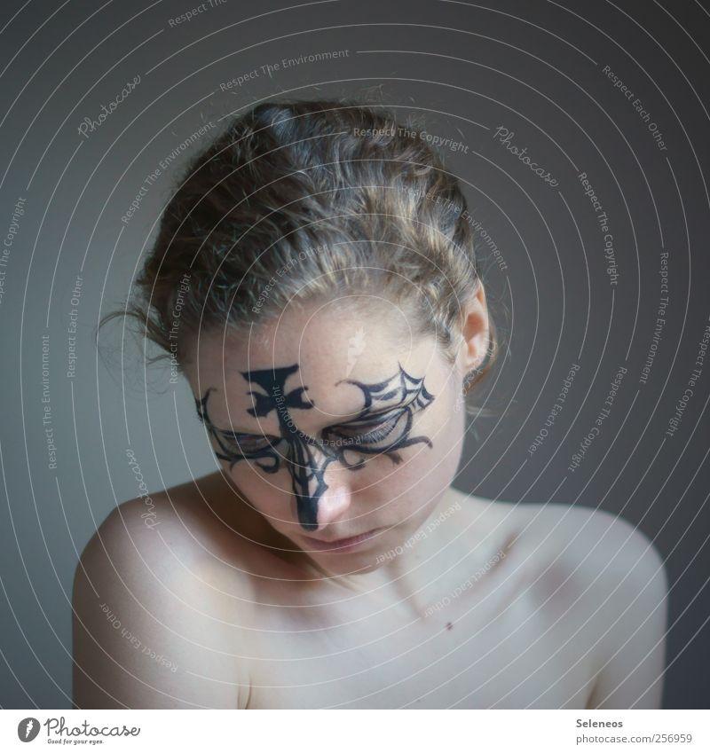 Maskenball Mensch feminin Frau Erwachsene Körper Haut Kopf Haare & Frisuren Gesicht 1 blond Locken träumen Schminke geschminkt Farbfoto Innenaufnahme Tag Licht