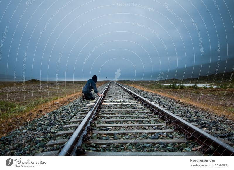 Abgefahren Mensch Mann Natur Einsamkeit Erwachsene Ferne dunkel Landschaft Freiheit Linie Regen Verkehr Abenteuer Klima Urelemente Güterverkehr & Logistik