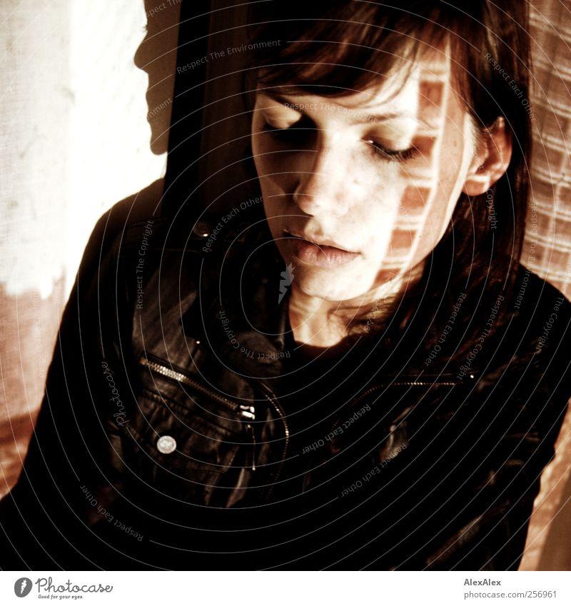 Buenos Dias Chat Noir! elegant feminin Junge Frau Jugendliche Haare & Frisuren Gesicht Lippen 1 Mensch 18-30 Jahre Erwachsene Bauwerk Jacke brünett Stein