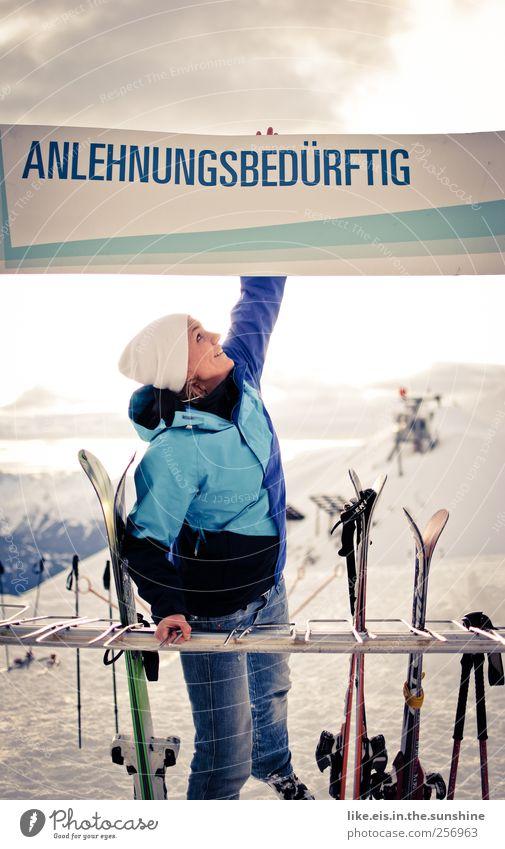 ANLEHNUNGSBEDÜRFTIG Freizeit & Hobby Winter Schnee Winterurlaub Berge u. Gebirge feminin Junge Frau Jugendliche Erwachsene 1 Mensch 18-30 Jahre Landschaft Hügel