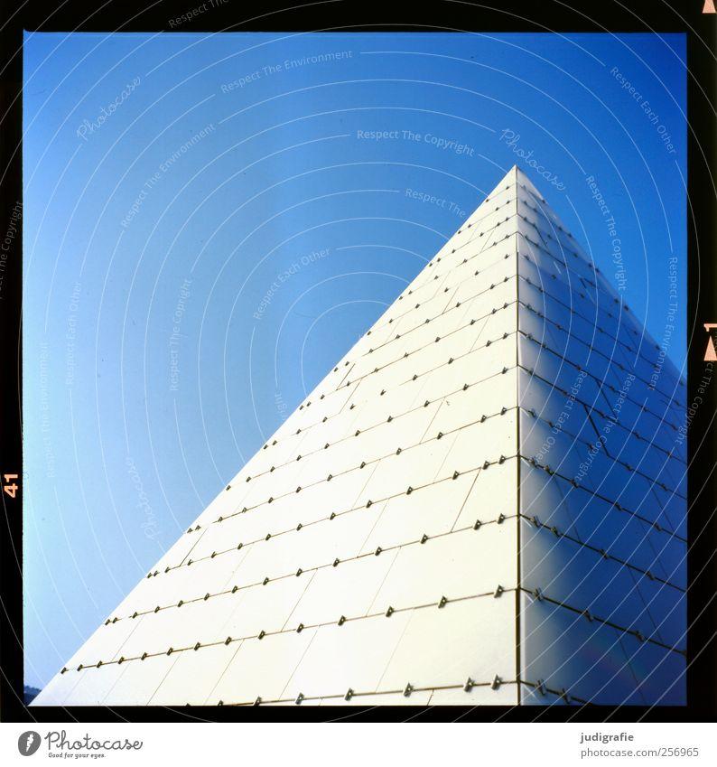 Dänemark Himmel Wolkenloser Himmel Haus Bauwerk Gebäude Architektur Spitze blau Pyramide Glas Farbfoto Außenaufnahme Menschenleer