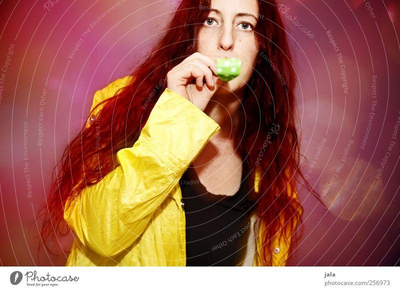 *tröööööt* Mensch Frau rot Freude Erwachsene gelb feminin Haare & Frisuren lustig Feste & Feiern rosa Fröhlichkeit violett Jacke Lebensfreude trendy