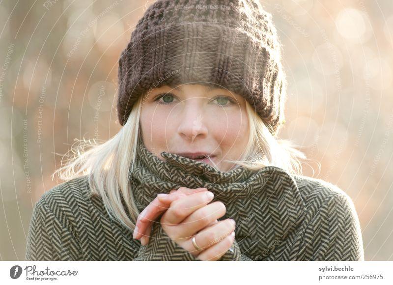 Jetzt wird´s kalt! Mensch Natur Jugendliche Hand schön Winter Erwachsene Gesicht Herbst feminin Leben Umwelt Luft Wetter