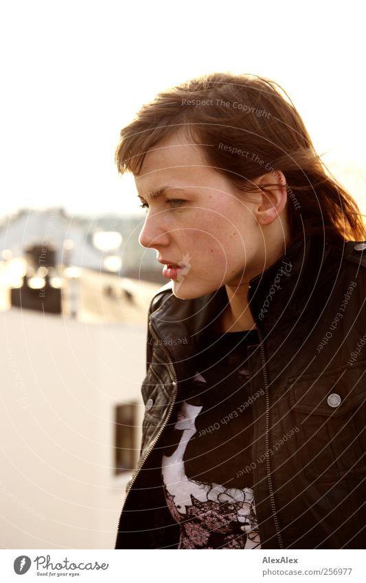 Die Große und das Licht! Mensch Jugendliche schön Kopf Mode hell Kraft elegant natürlich groß ästhetisch authentisch Lifestyle Coolness Dach Junge Frau