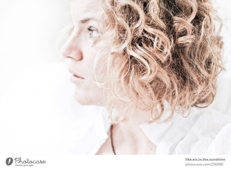 verlockend Mensch Frau Jugendliche weiß schön Einsamkeit Gesicht Erwachsene Erholung Leben feminin Kopf Haare & Frisuren träumen hell blond