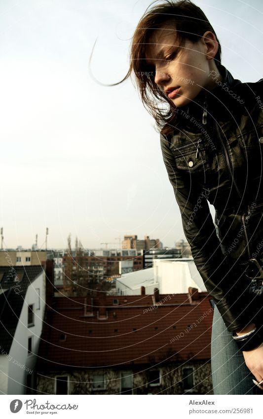 Rock! Junge Frau Jugendliche Haare & Frisuren Gesicht Arme Beine 18-30 Jahre Erwachsene Jugendkultur Luft Himmel Jeanshose Jacke brünett Blick stehen ästhetisch
