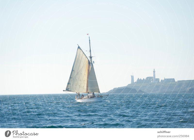 Saint-Mathieu Himmel Wolkenloser Himmel Horizont Schönes Wetter Wellen Küste Bucht Meer frei blau Segelschiff Segeln Schifffahrt Wasserfahrzeug Leuchtturm