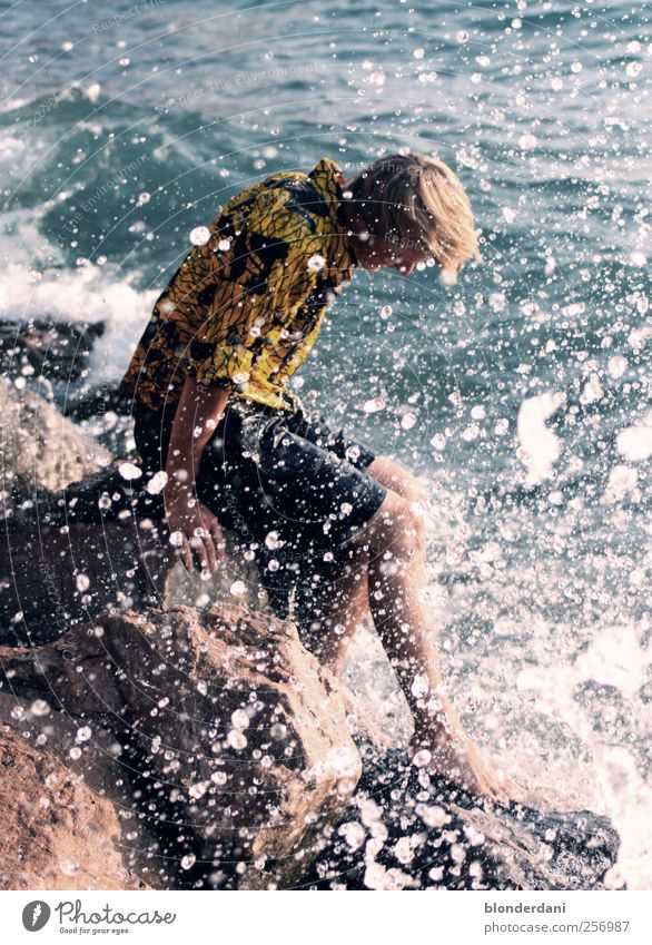 schneegestöber Mensch Jugendliche Wasser Sonne Erwachsene Stein Körper Wellen Schwimmen & Baden blond Felsen sitzen nass maskulin Wassertropfen Fröhlichkeit