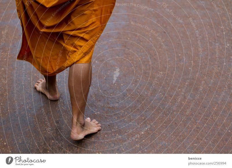 monk Mönch Asien Thailand Buddha Tempel Gebet orange Mönchskutte Fuß Beine Buddhismus Religion & Glaube gehen Barfuß Boden Bodenbelag Naturliebe Armut