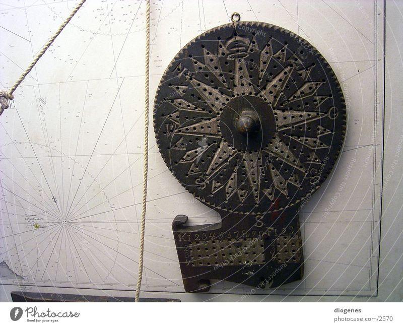 Der Kopf des Navigators alt Holz Sicherheit Landkarte Vertrauen obskur Schifffahrt Navigation Fischereiwirtschaft Textfreiraum links Verlässlichkeit Seekarten