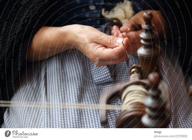die Spinnerin Mensch blau Hand Holz Senior feminin Bewegung außergewöhnlich braun grau Arbeit & Erwerbstätigkeit sitzen 60 und älter authentisch Finger