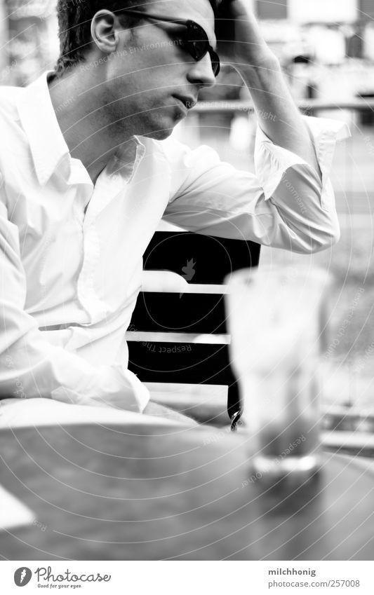 Sitzen in Cafés Kaffeetrinken Heißgetränk Latte Macchiato Tasse Glas maskulin Junger Mann Jugendliche Erwachsene 1 Mensch 18-30 Jahre Hemd Sonnenbrille Erholung