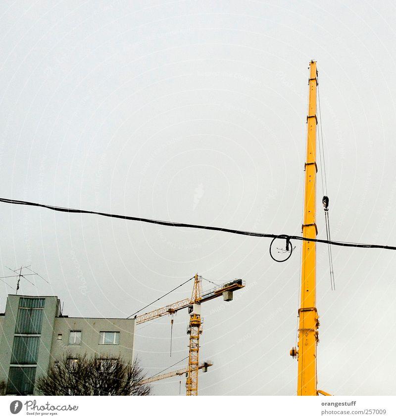 grafische Baustelle Baumaschine Kran Wien Stadt Fahrstuhl Häusliches Leben Baukran gelb Farbfoto Außenaufnahme Menschenleer Tag