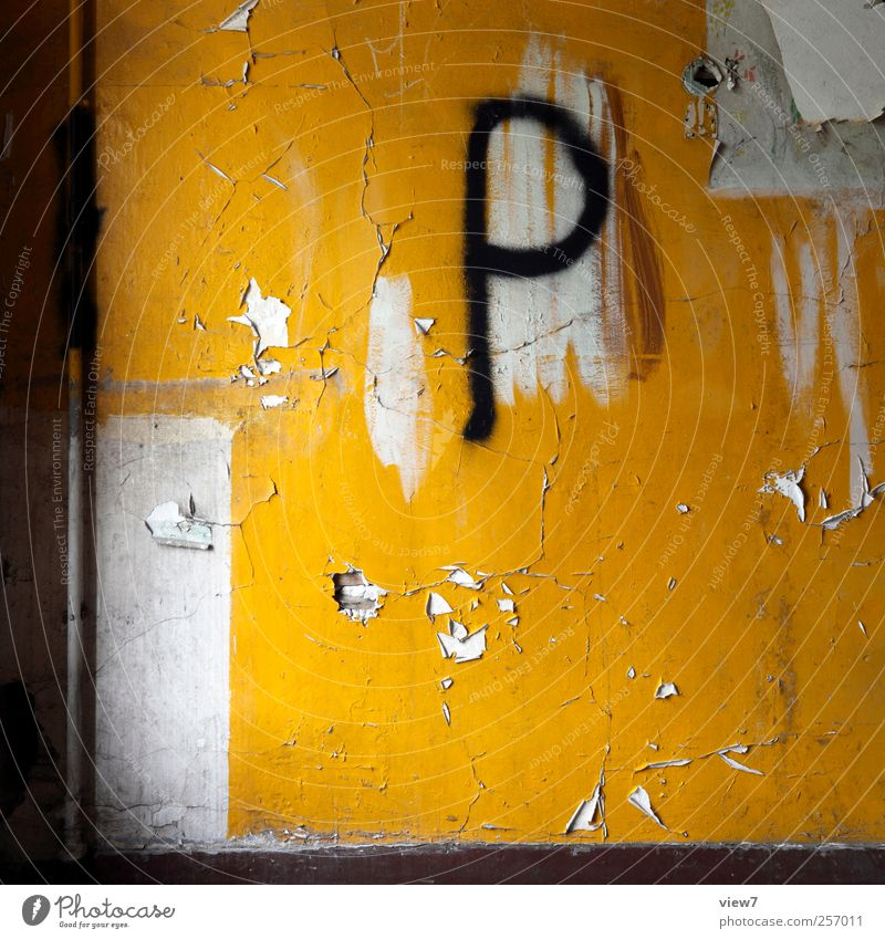 public alt gelb Wand Mauer Stein Zeit Innenarchitektur dreckig Beton ästhetisch Schriftzeichen authentisch Dekoration & Verzierung Vergänglichkeit einfach rein