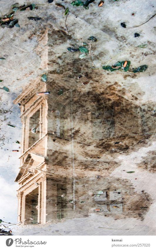 Nasse Fassade alt Stadt Haus Fenster Wand Architektur Gebäude Mauer nass Beton Bauwerk Brunnen Müll historisch Pfütze