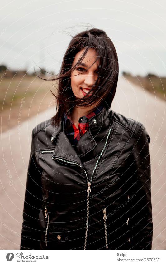 Mädchen Lifestyle Stil schön Ferien & Urlaub & Reisen Freiheit Mensch Frau Erwachsene Natur Wind Straße Wege & Pfade Mode Jacke Leder brünett gehen Coolness
