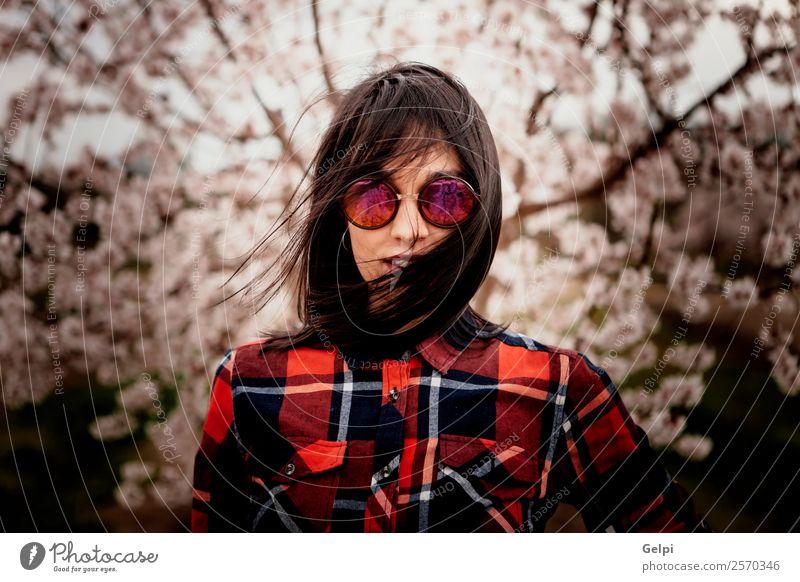 Mädchen Stil Glück schön Gesicht Garten Mensch Frau Erwachsene Natur Wind Baum Blume Blüte Park Mode Sonnenbrille brünett Lächeln Fröhlichkeit frisch natürlich