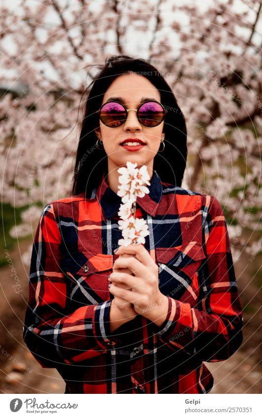 Mädchen Stil Glück schön Gesicht Garten Mensch Frau Erwachsene Natur Baum Blume Blüte Park Mode Kleid Sonnenbrille brünett Lächeln Fröhlichkeit frisch lang